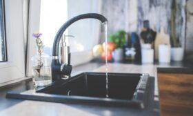Композитните кухненски мивки – стилно и разумно решение за всеки дом