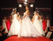 Мария Илиева дефилира с рокля на ROMANTIKA FASHION