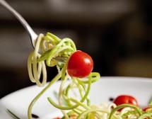 Спагети от тиквички с чери и шам-фъстък