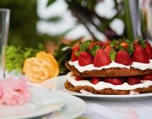 Торта с ягоди, бадеми и сметана