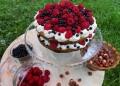 Лешникова торта с малини и боровинки