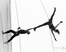 Акробати танцуват на 30 мeтра от земята